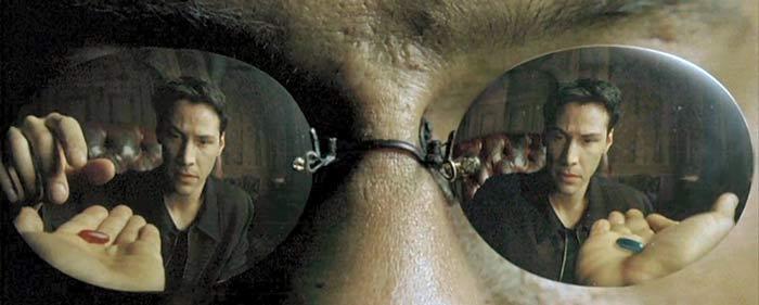Una scena del Film Matrix in cui Neo deve scegliere se vedere la realtà o tornare nel mondo costruito artificialmente. Per quanto mi riguarda sbaglia totalmente la scelta, meglio essere felici in un mondo virtuale che condannarsi all'infelicità solo per amore della verità.