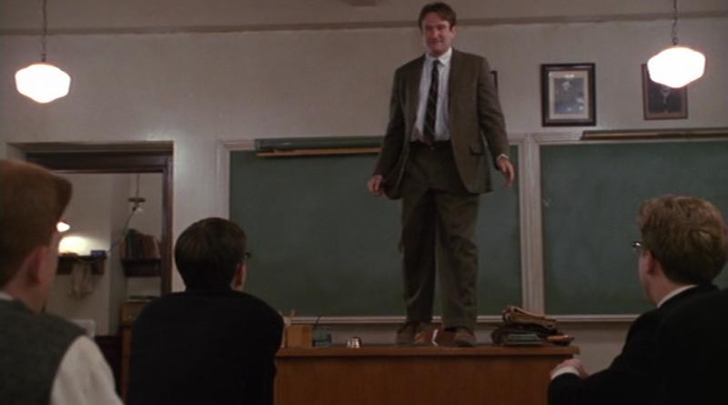 Una scena cult del cinema mondiale: il compianto Robin Williams interpreta il professore che tutti vorremmo avere nell'Attimo Fuggente
