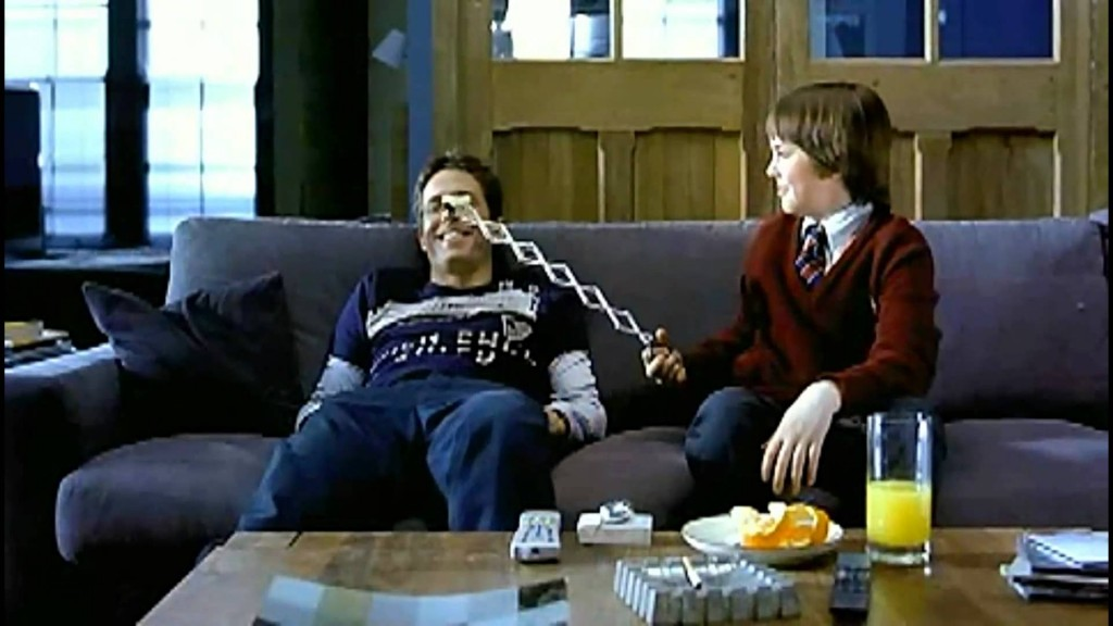 """Una scena del film About a Boy con un """"socievolissimo"""" Hugh Grant"""